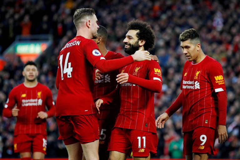 Henderson e Salah comemoram gol do Liverpool em partida contra o Southampton