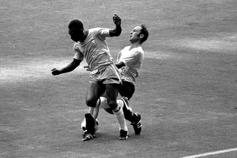 Pelé espera Fontes vir marcá-lo para dar uma cotovelada no rosto do uruguaio