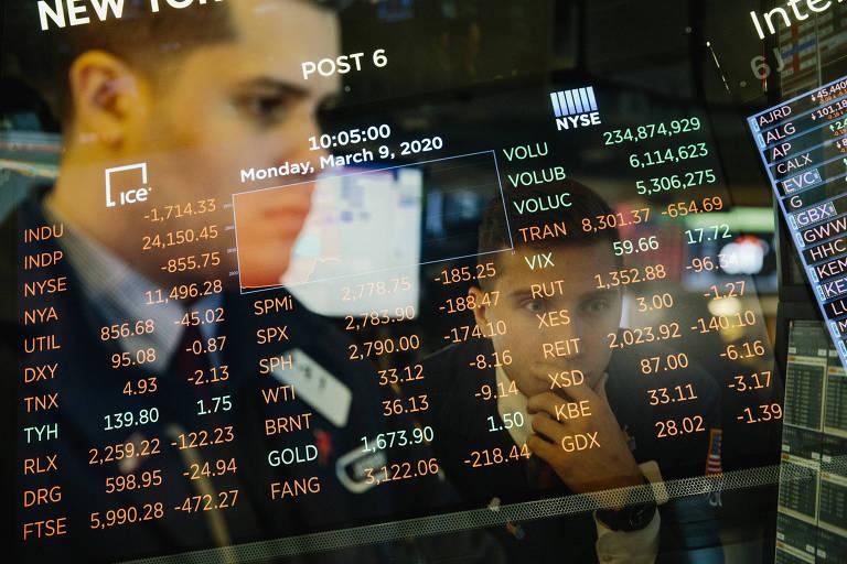 Rosto de homem refletido em vidro com número de cotações da Bolsa