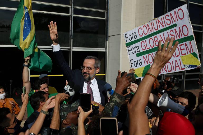 Weintraub é carregado por ativistas após prestar depoimento à PF, em Brasília