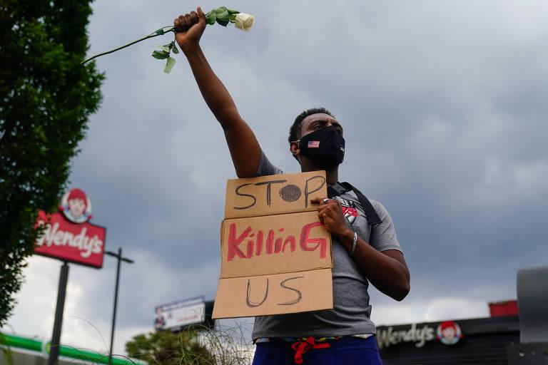 Protesto em frente ao restaurante Wendy's onde um homem negro foi morto por um policial branco, em Atlanta; 'pare de nos matar', diz o cartaz