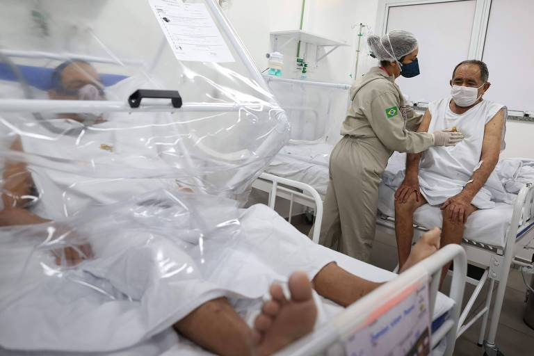 Pacientes em hospital municipal em Manaus; com menos casos de Covid-19 na cidade, hospital de campanha será fechado