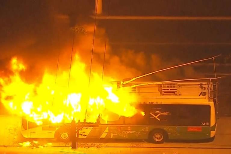 Sete ônibus foram incendiados na noite de segunda-feira (15), no Bairro da Vila Clara, na zona sul de São Paulo