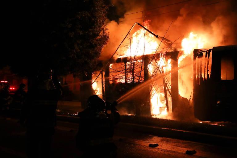 Ônibus queimado durante protesto na Vila Clara, em São Paulo, pela morte de jovem