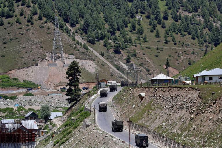 Comboio do Exército indiano se move na estratégica rodovia Srinagar-Leh na segunda (15)