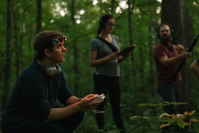 """Stuart Hyatt, à esquerda, com Erica Penna e Nathan Ferreira, gravando os sons de alta frequência dos morcegos para o álbum """"Ultrasonic"""", em 5 de agosto de 2019"""