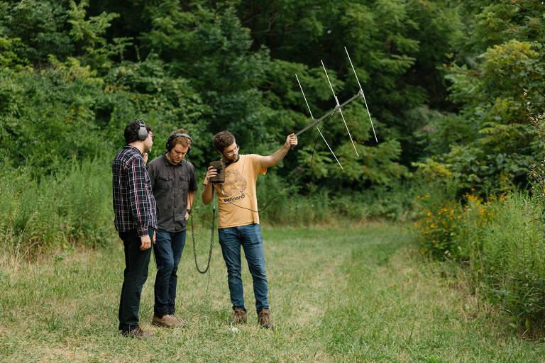"""Stuart Hyatt, no centro, com Jeremy Radway e Reed Crawford, gravando os sons de alta frequência dos morcegos para o álbum """"Ultrasonic"""", perto de Indianapolis, em 12 de agosto de 2019"""