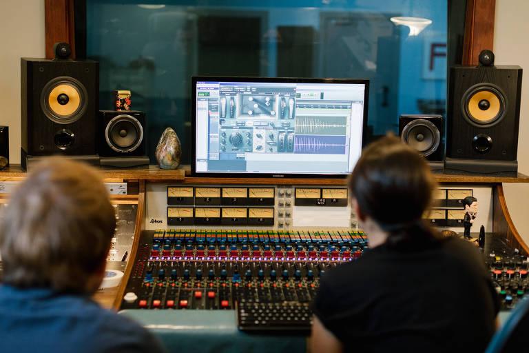 Stuart Hyatt, à esquerda, e Tiana Jimenez-Srisook processam gravações de campo no estúdio em Bloomington, Indiana, 10 de setembro de 2019