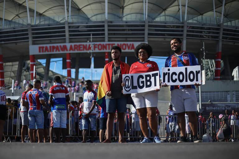 Eduardo Cruz, Lívia Ferreira e Onã Rudá, da LGBTricolor, antes de jogo da equipe em março