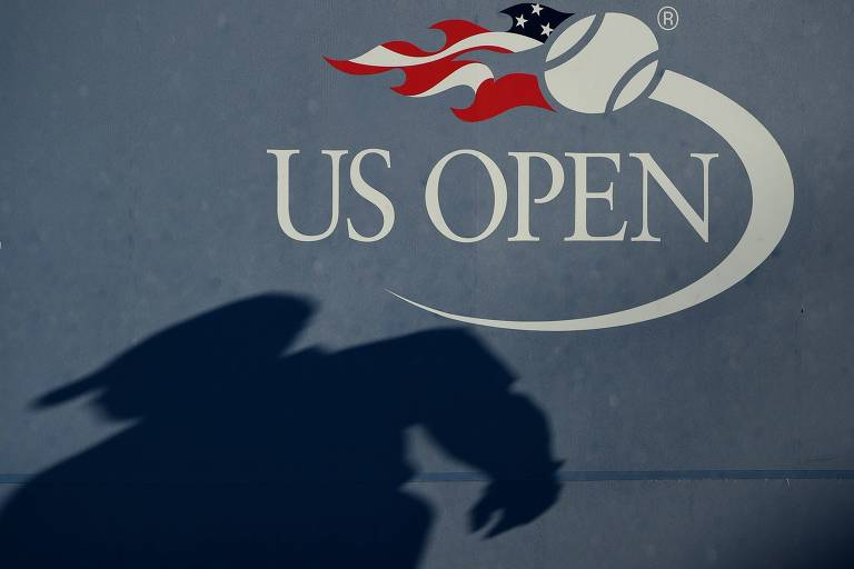 sombra de árbitro na parede do fundo de quadra do US Open
