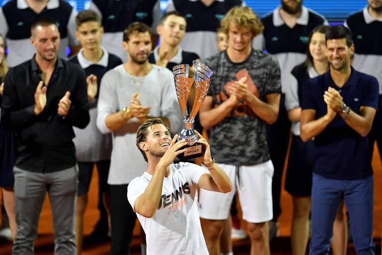 Tenistas aplaudem enquanto Thiem ergue o troféu