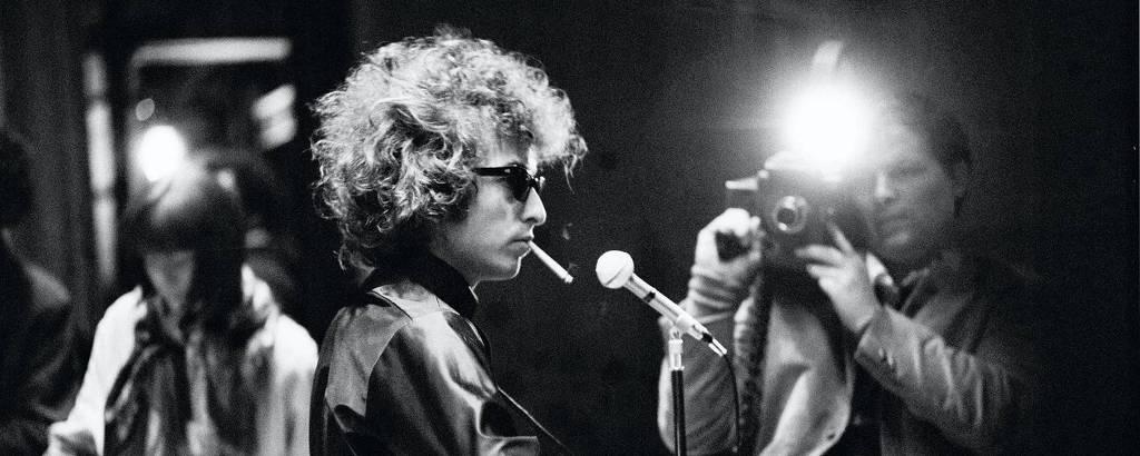 O cantor Bob Dylan com o cineasta D. A. Pennebaker ao fundo em cena do documentário 'Don't Look Back', de 1967
