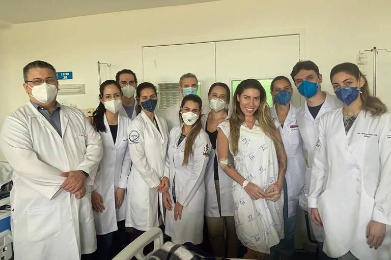 Após complicações pós-cirúrgicas, a musa Tati Minerato deixa hospital