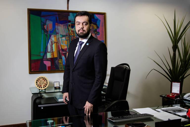 O vice-governador do RJ, Cláudio Castro (PSC), em seu gabinete