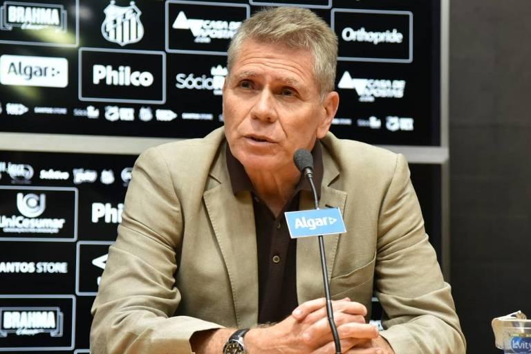 Técnico Paulo Autuori durante entrevista no Santos