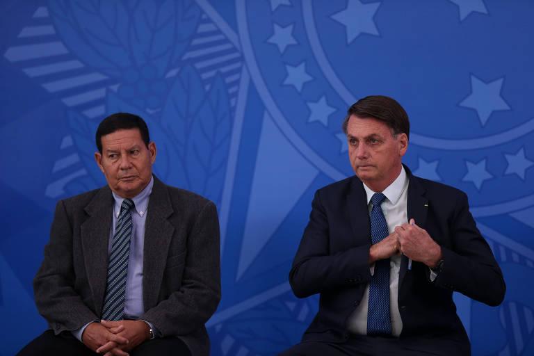 O presidente Jair Bolsonaro, ao lado do vice Hamilton Mourão, durante cerimônia de posse do então ministro da Saúde Nelson Teich, em abril