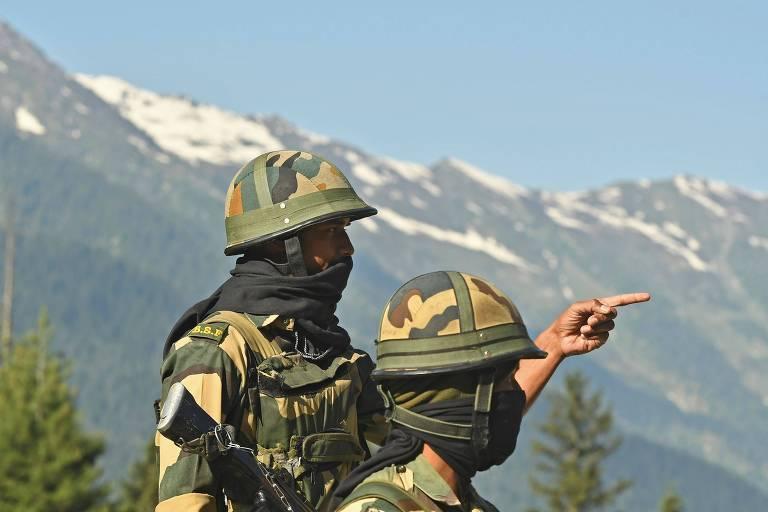 Soldados indianos na região fronteiriça com a China, em Gagangir, nesta quarta (17)