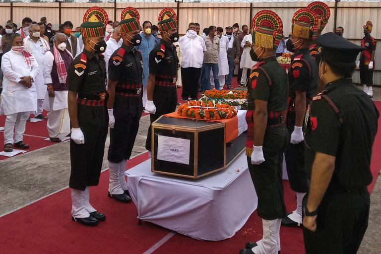 Corpo de soldado morto no conflito de segunda é velado por militares indianos
