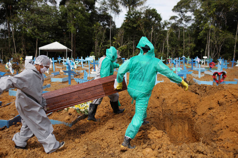 Coveiros enterram vítima do coronavírus em Manaus; veja fotos de hoje