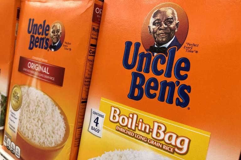 Pacotes de arroz da marca Uncle Ben, representada pelo rosto de um homem negro de cabelos brancos, são dispostos lado a lado em uma prateleira de supermercado