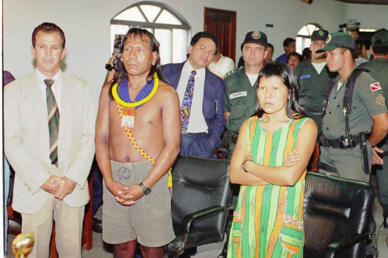 Índio caiapó Paulinho Paikan e sua mulher, Irekran, durante o julgamento em 1994 que o absolveu da acusação de estupro
