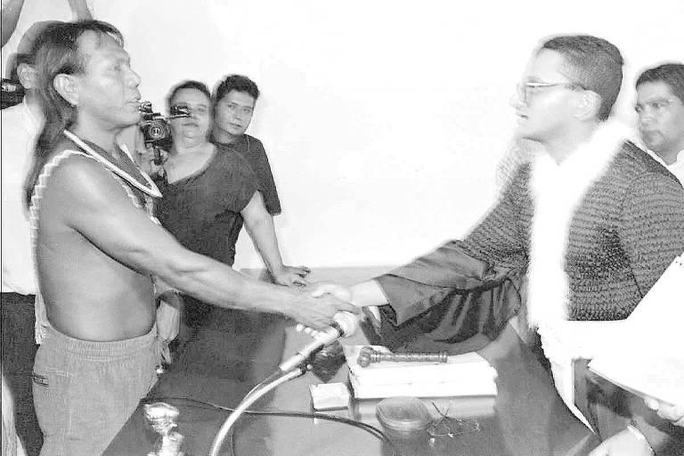 O líder caiapó Paulinho Paiakan aperta a mão do juiz Elder Lisboa da Costa, após ouvir sua sentença, em 1994