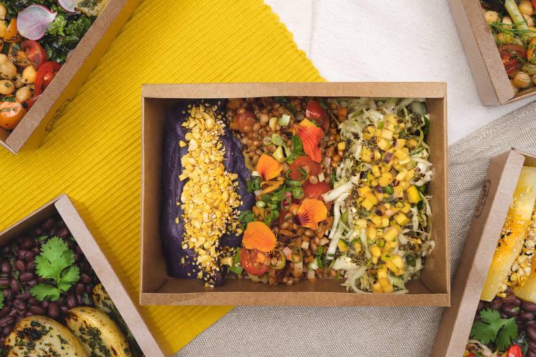 Projeto DuLocal entrega pê-efes vegetarianos preparados por cozinheiras de Paraisópolis e feitos com ingredientes orgânicos de agricultores da região da capital