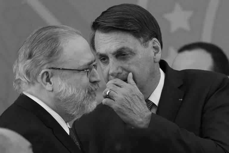 O presidente Jair Bolsonaro com o procurador-geral da República, Augusto Aras,  durante a posse de Nelson Teich como ministro da Saúde, em abril