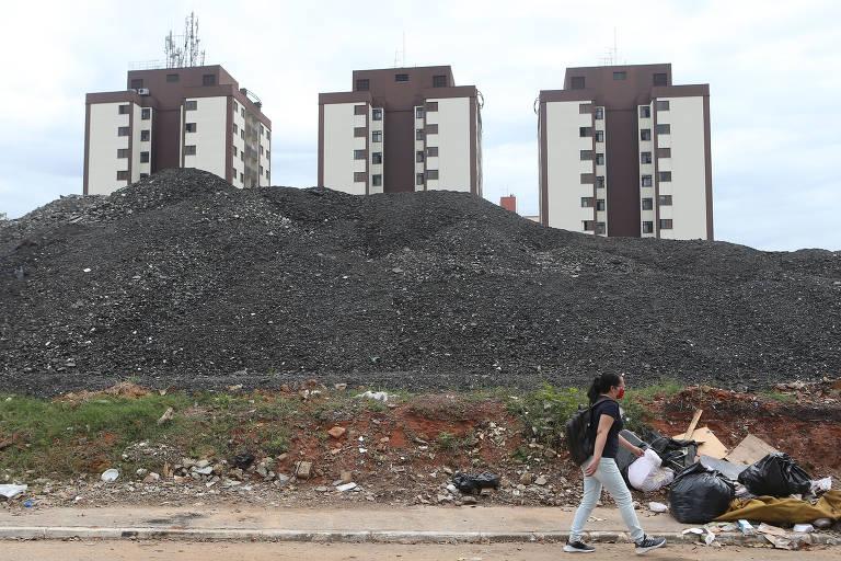 Moradores da Penha reclamam de barulho e descarte mal feito durante recapeamento