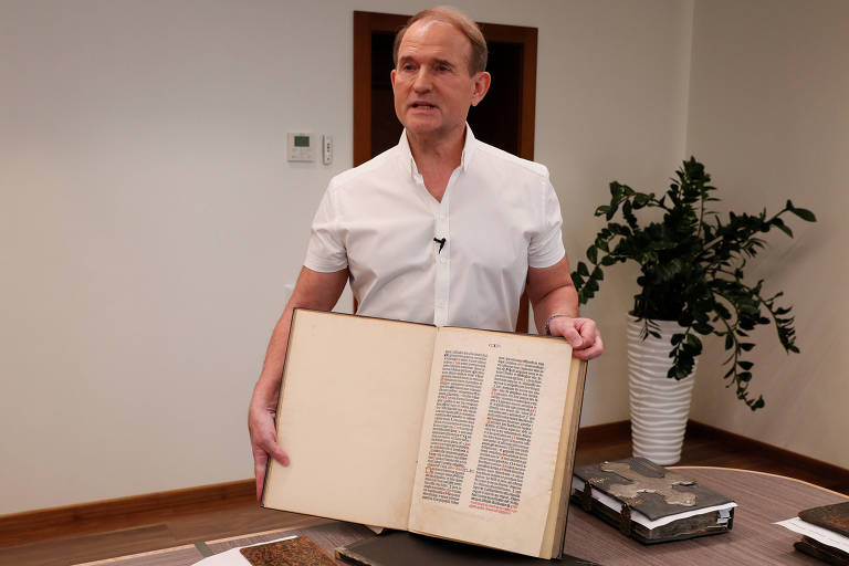 Parlamentar ucraniano Viktor Medvedchuk mostra fragmento da Bíblia de Gutenberg