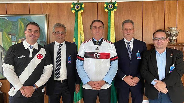 O presidente Jair Bolsonaro e seu filho Flavio Bolsonaro posam para foto com os  presidentes do Flamengo, Rodolfo Landim, e do Vasco, Alexandre Campello