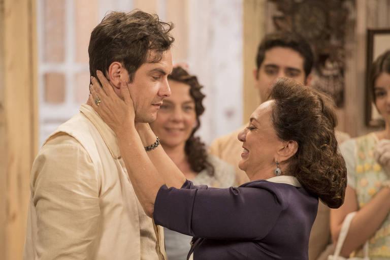 Candinho (Sergio Guizé) e Anastácia (Eliane Giardini) se abraçam ao descobrirem que são mãe e filho