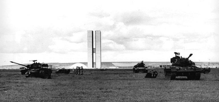 Tanques do Exército em Brasília no dia 1º de abril de 1964, dia do golpe militar