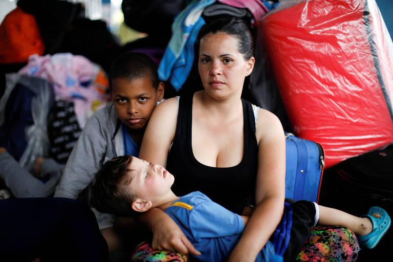 Refugiados venezuelanos aguardam documentos na fronteira do Equador com o Peru