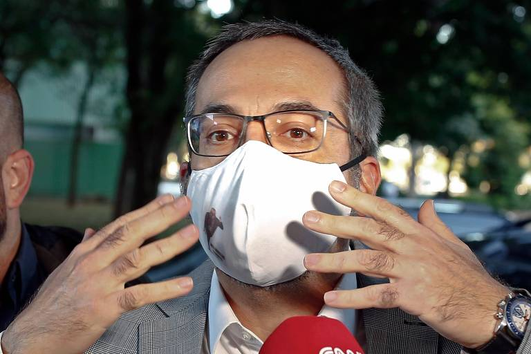 O ex-ministro Abraham Weintraub fala a jornalistas em frente ao Ministério da Educação, em Brasília