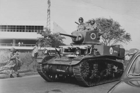 ORG XMIT: 353001_0.tif Educação - Ditadura Militar, 1968: soldados do exército em tanque de guerra na invasão do Crusp (Conjunto Residencial da Universidade de São Paulo) no dia 17 de dezembro de 1968, quatro dias após o AI-5 (Ato Institucional) ser decretado. Cerca de 800 estudantes foram presos. (17.12.1968. Foto: Folhapress)