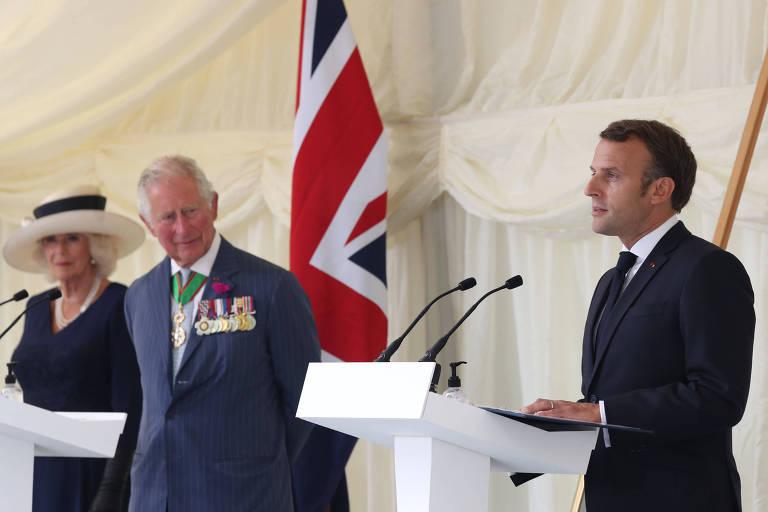 O presidente francês, Emmanuel Macron, à esq., durante cerimônia de comemoração dos 80 anos da ajuda britânica à França contra a Alemanha nazista, ao lado do príncipe Charles e de sua esposa, Camila