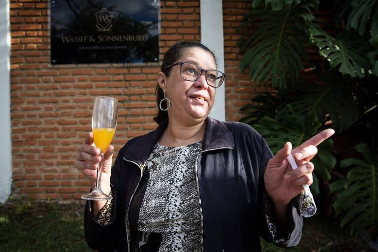 Heloisa, filha de Olavo de Carvalho, com suco de laranja em frente à casa em Atibaia