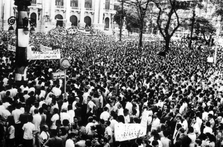 Multidão acompanha enterro do jovem estudante secundarista Edson Luís de Lima Souto, assassinado no dia 28 de março de 1968 durante confronto entre a Polícia Militar e estudantes, que protestavam contra a alta do preço da comida no restaurante universitário Calabouço, no Rio de Janeiro