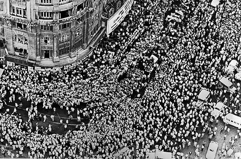 Cortejo com 50 mil pessoas pelas ruas do Rio de Janeiro após velório do estudante Edson Luís, morto em confronto com a polícia no restaurante Calabouço, em 28 de Março de 1968