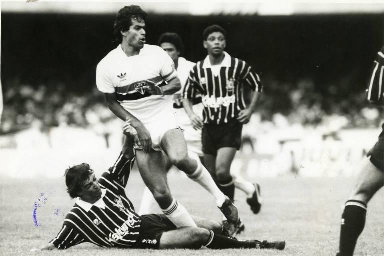 Raí (de branco), do São Paulo, em jogo contra o Corinthians durante clássico válido pelo Campeonato Paulista de 1990, no Morumbi