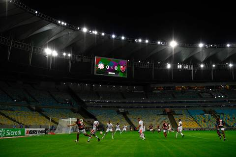 Flamengo player Filipe Luis (L) kicks the ball during a Carioca Championship 2020 football match against Bangu at the Maracana stadium, in Rio de Janeiro, Brazil, on June 18, 2020, which is played behind closed doors as the city gradually eases its social distancing measures aimed at curbing the spread of the COVID-19 coronavirus. (Photo by MAURO PIMENTEL / AFP)