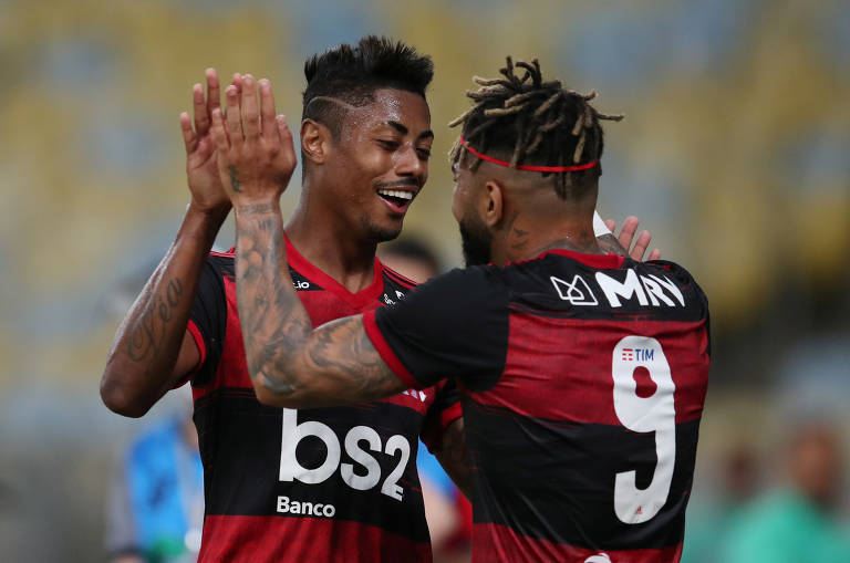 Bruno Henrique comemora seu gol com Gabriel na vitória de sua equipe sobre o Bangu, na retomada do futebol