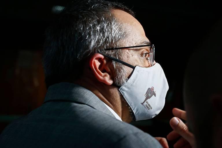 Weintraub de perfil e usando máscara