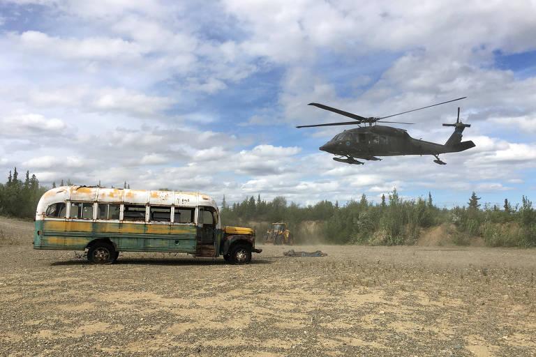 """Helicóptero da Guarda Nacional do Exército do Alasca remove o ônibus famoso pelo livro e filme """"Na Natureza Selvagem"""""""