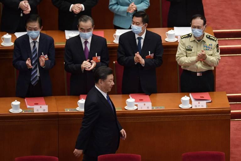 O líder chinês, Xi Jinping, é aplaudido ao chegar a sessão do Congresso do país