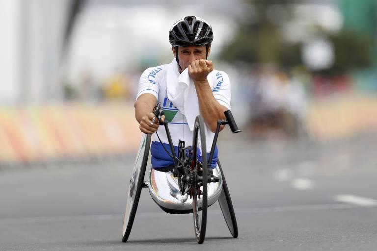 Alessandro Zanardi após cruzar linha de chegada em prova na Paraolimpíada do Rio