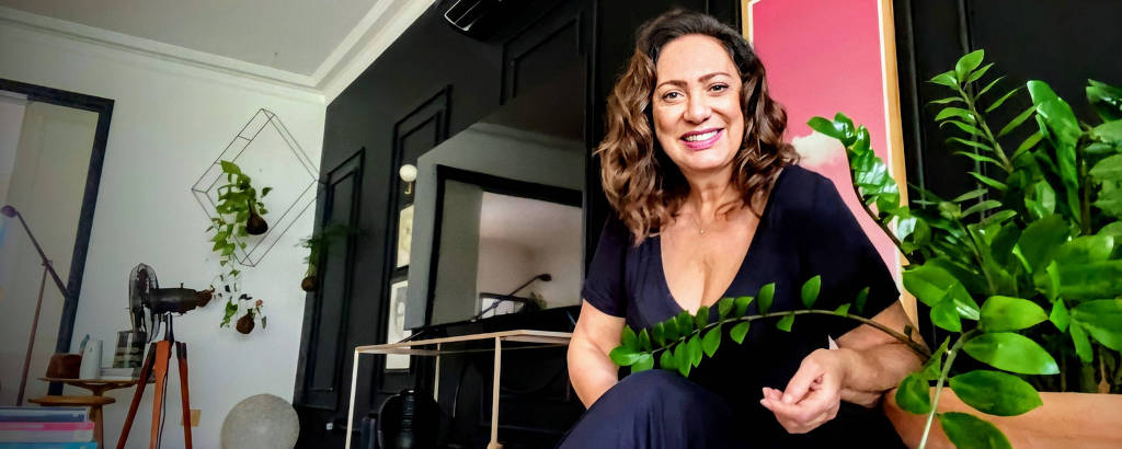 A atriz Eliane Giardini em sua casa