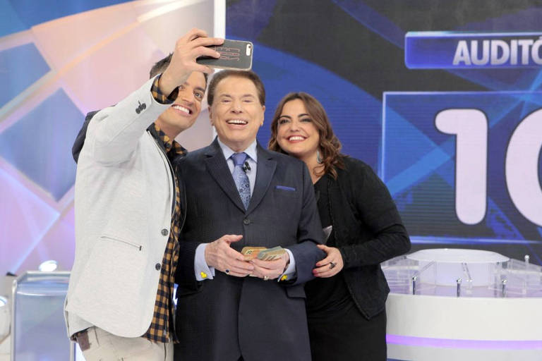 O 'Programa Silvio Santos' deste domingo, 21 de junho, recebe Leo Dias e Fabíola Reipert. Os jornalistas participam do 'Jogo das 3 Pistas' e batem um papo descontraído com o apresentador