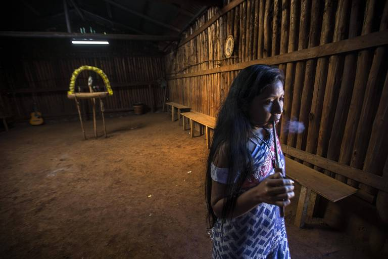Interior da casa de reza da aldeia Pyau, na terra indígena Jaraguá, deixou de reunir grandes grupos; o espaço de encontro diário é importante para o fortalecimento espiritual do povo Guarani